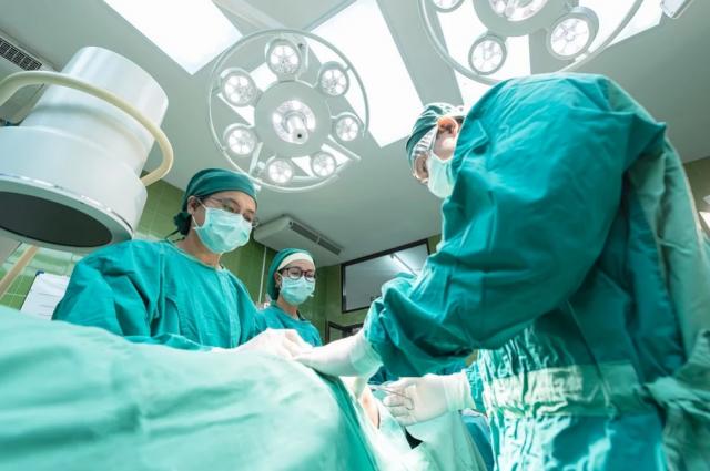 Пациент доверился доктору с большим стажем работы.