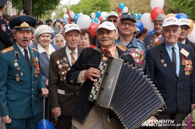 С песнями Победы ветераны Великой Отечественной идут по улицам донской столицы.