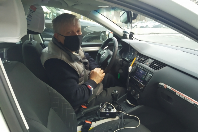 Таксисты недовольны неудобными масками.