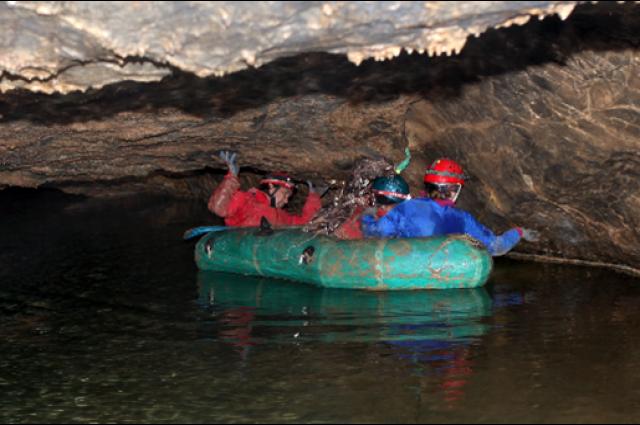 Добираться до Верхнего озера приходится практически лежа в лодке.