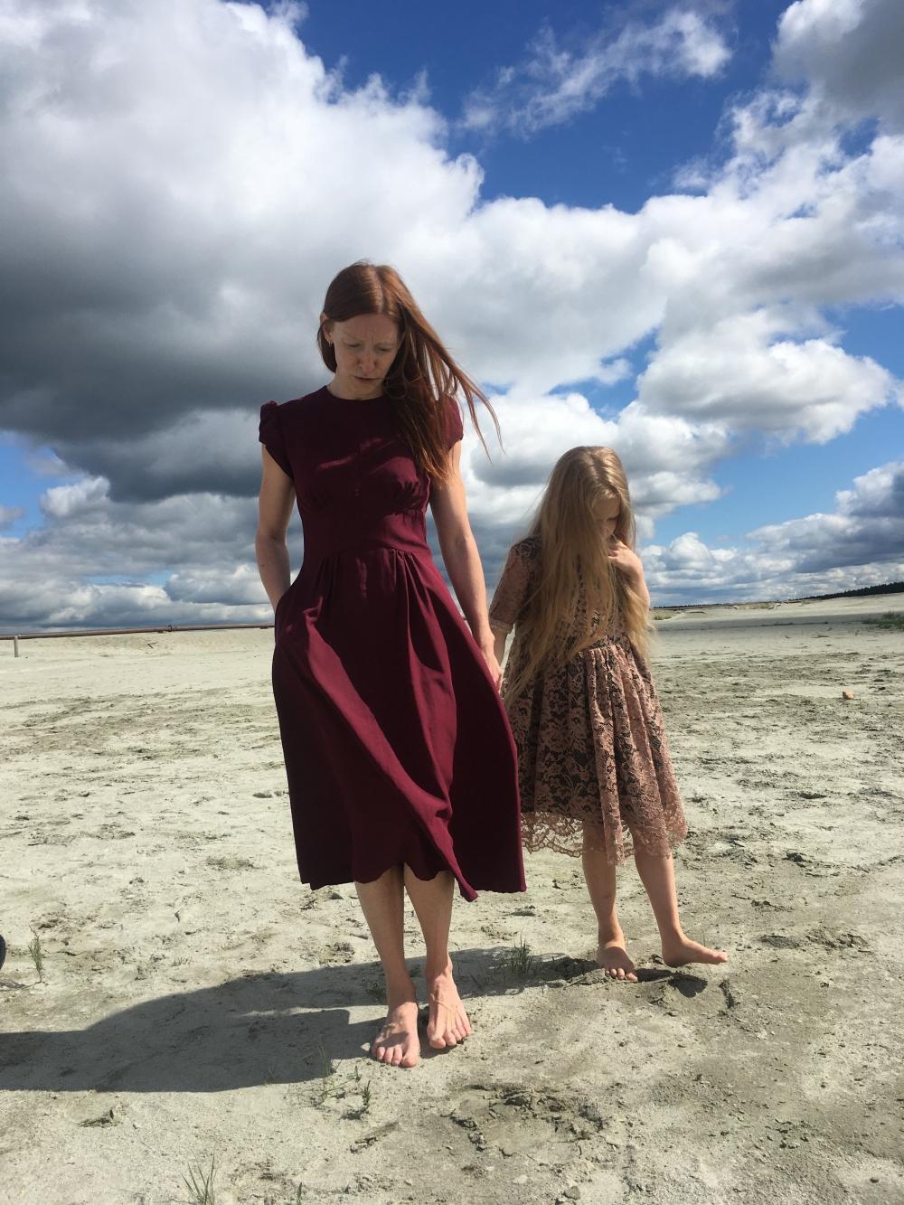 Анастасия старается научить дочь всему, что умеет сама. Ева занимается гимнастикой и с удовольствием помогает маме в создании образов для фильмов.