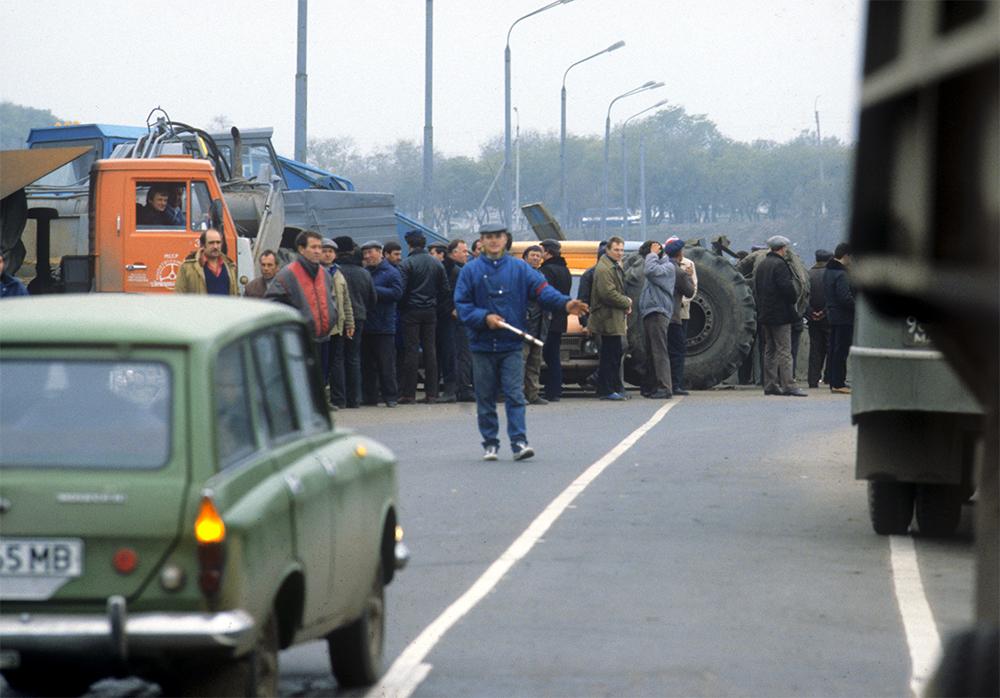 На пограничном мосту через Днестр жители Приднестровья противостоят молдавским националистам.
