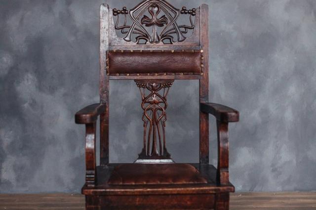 Старинные стулья всегда будут актуальны.