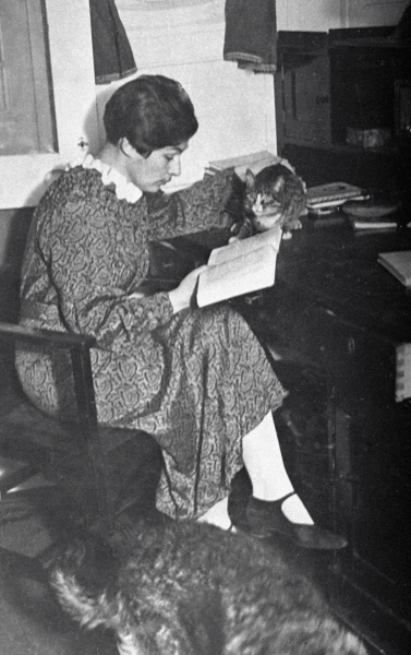 Анна Щетинина читает книгу в своей каюте, 1935 год
