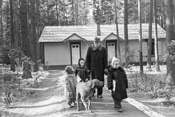 Корней Чуковский с детьми гуляет около детской библиотеки в Переделкино. 1959 год