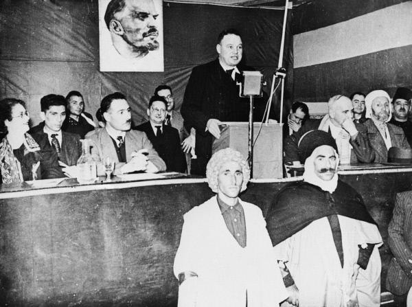 Французский коммунист Морис Торез на собрании в Алжире выступает за самоопределение алжирского народа, 1939 год. Репродукция фотографии из газеты Юманите