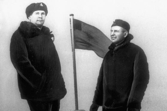 Командир атомной подводной лодки Л.М.Жильцов и замполит А.Штурманов