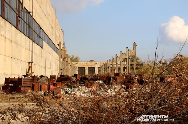 Территория моторного завода.