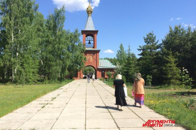 Молитвы в монастыре не прекращаются ни на минуту.