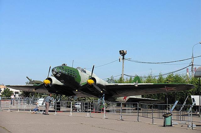 Дальний бомбардировщик ДБ-3ф (Ил-4). На самолёте этого типа совершил свой подвиг экипаж Н. Ф. Гастелло
