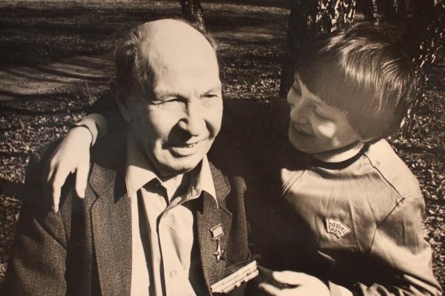 Семён Коновалов с единственным внуком Юрой. Конец 1980-х.