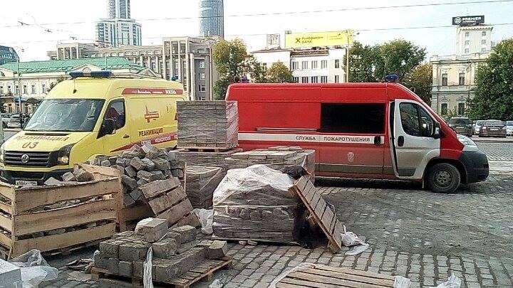 К администрации подогнали машины МЧС и скорой помощи.
