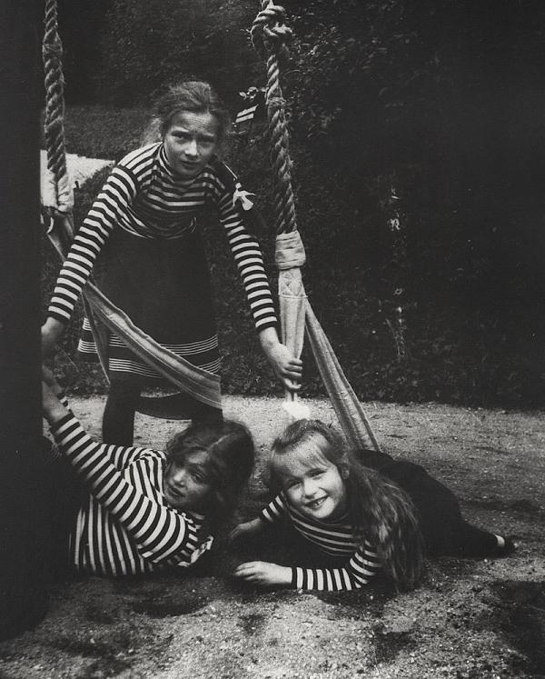 Анастасия с сестрами Татьяной и Марией в 1908 году.