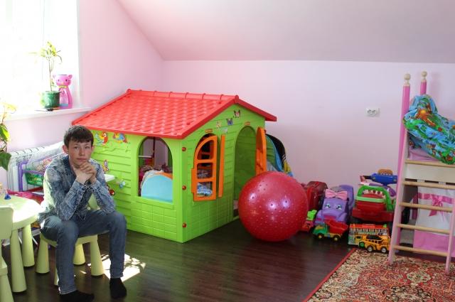 В этой комнате живут и играют девочки.