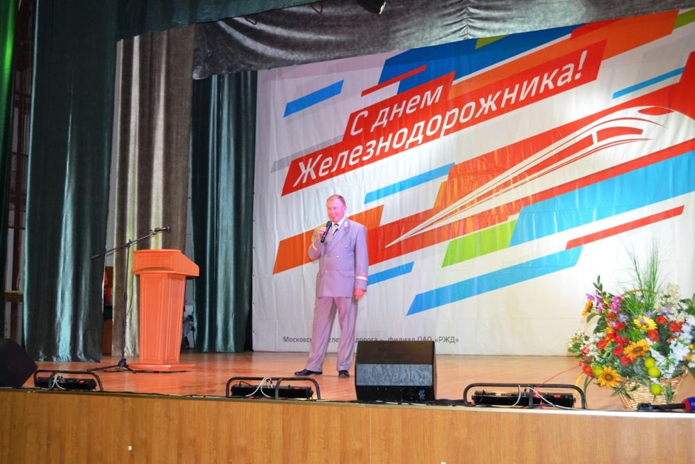 Юрий Базаров поздравляет сотрудников компании.