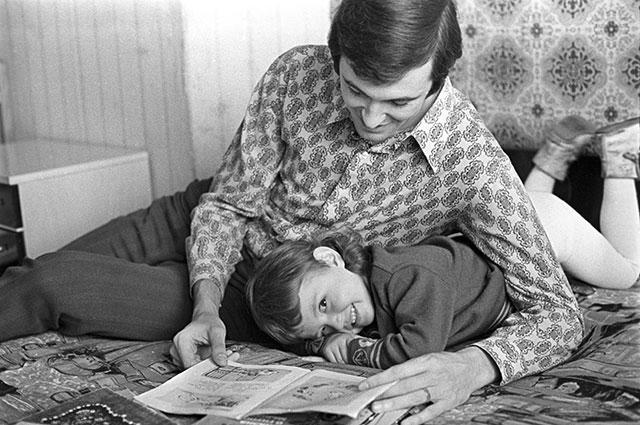Сергей Белов с дочкой Наташей, 1974 г.