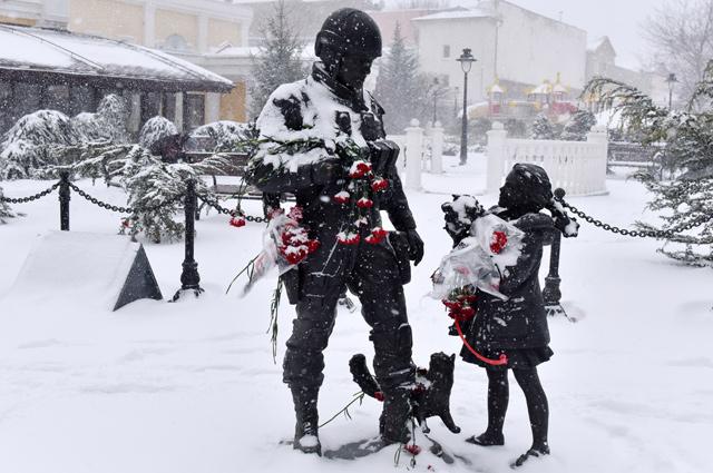 Памятник «Вежливым людям» у здания Госсовета Республики Крым в Симферополе.