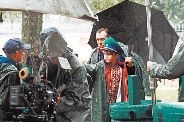 «Что делают кинематографисты, если в день съёмок зарядил дождь? Правильно, продолжают работать, несмотря ни на что!»