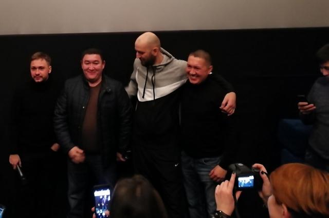 Зрители фотографировались с актёрами.
