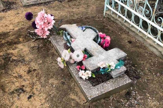 Местные школьницы разгромили ногами несколько надгробий на местном кладбище