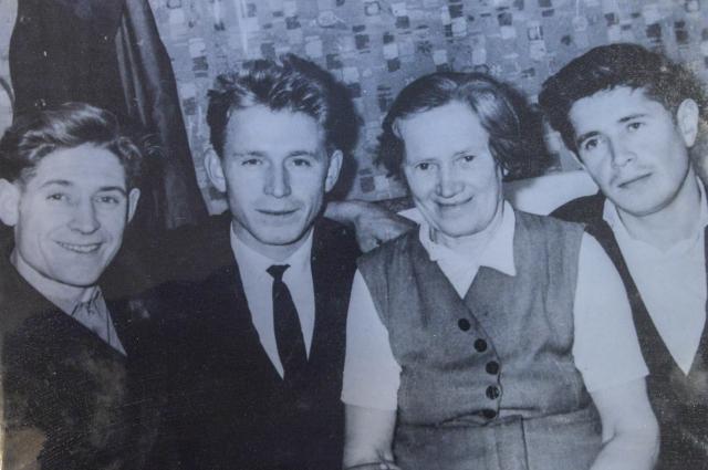 Семья Белограгиных, 60-е годы ХХ века  (Слева направо): Владимир Васильевич, Альберт Васильевич, мама Мария Ивановна и Виталий Васильевич.