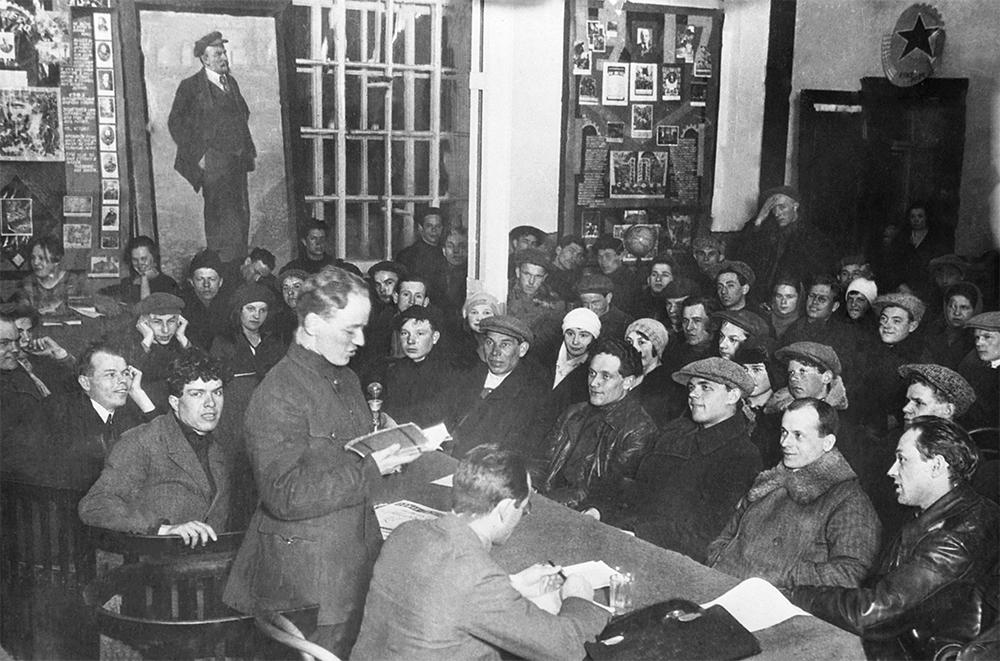 Михаил Шолохов за чтением отрывка из романа «Тихий Дон» в рабочем клубе завода «Красный богатырь». 1929 год.