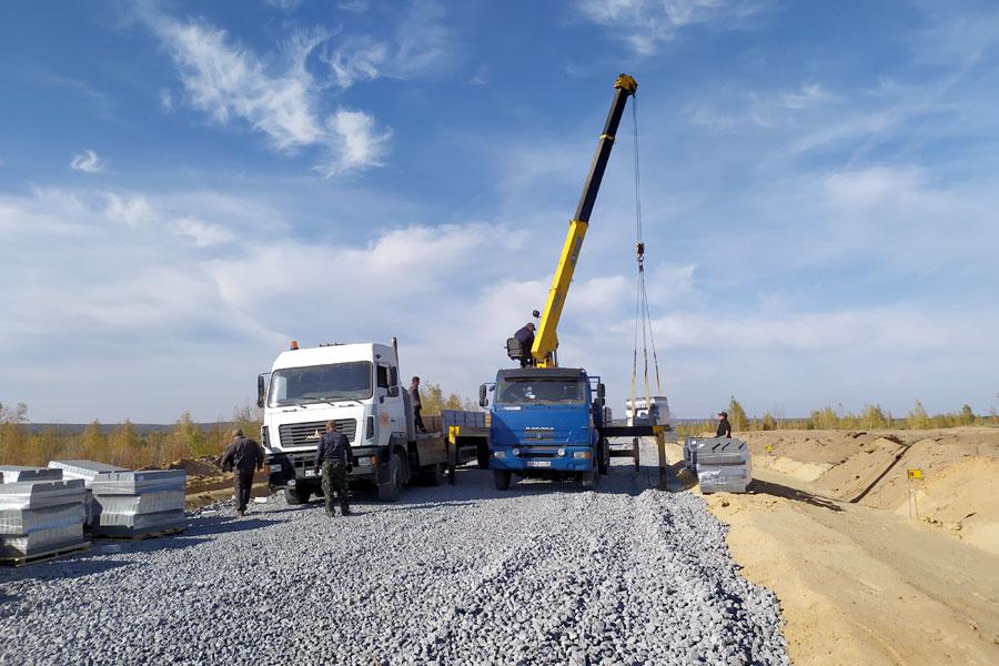 Основание будущей дороги, аккуратно засыпанное щебнем, – именно там, где после 2010 года были посажены молодые сосны.