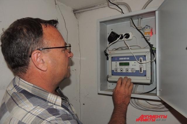 Виктор Скопинцев проверяет, как работают приборы учёта общедомовых нужд