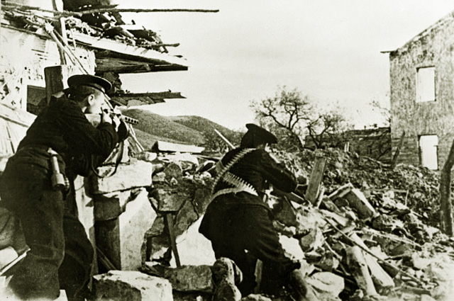 Бойцы морской пехоты сражаются на улицах Севастополя. 1942 год