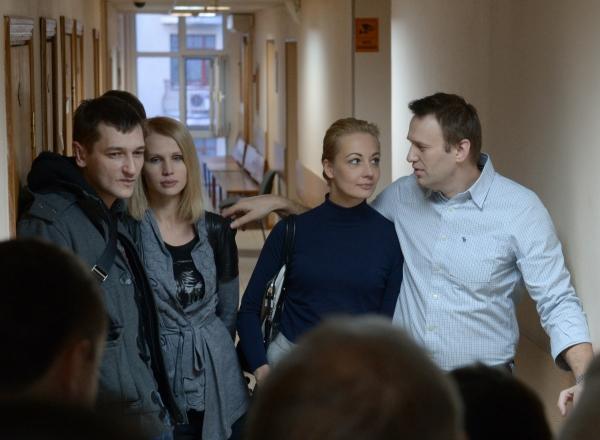 Братья Алексей (справа) и Олег Навальные, обвиняемые в хищении денег у компании Ив Роше