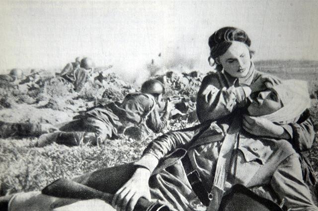 Медсестра перевязывает раненого