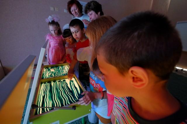 Дети из томского детского дома получили в подарок столы для песочной анимации.