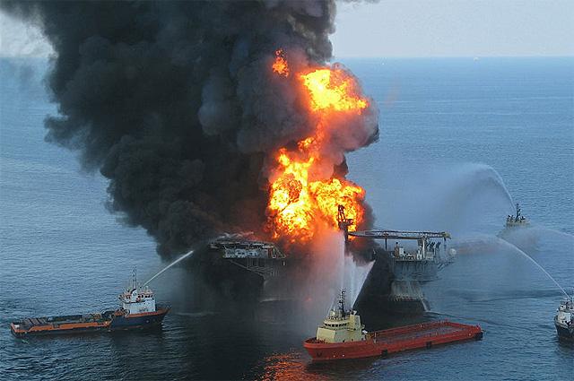 Тушение платформы в Мексиканском заливе. Апрель 2010 года