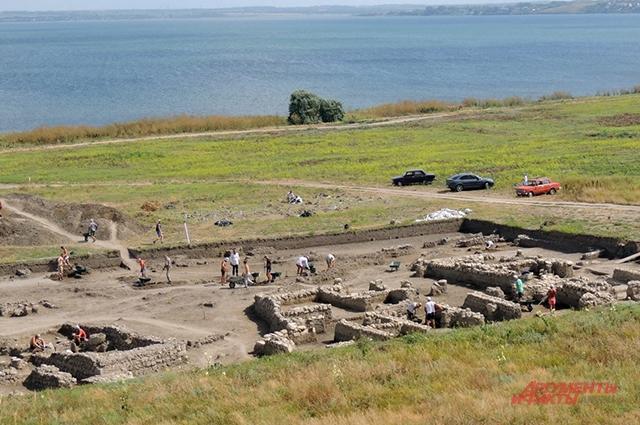 С акрополя Фанагории открывается красивый вид на раскоп «Нижний город».