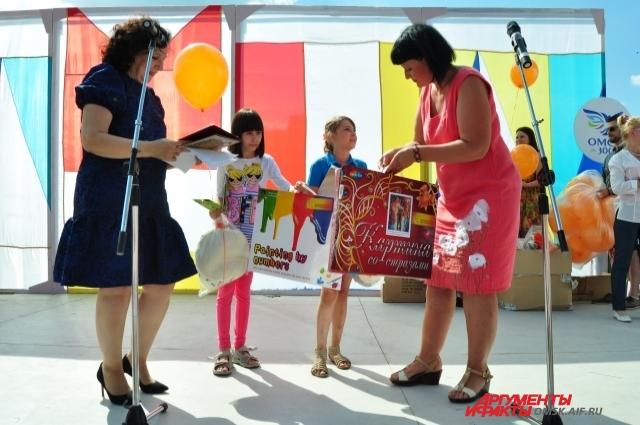Детям подарили подарки, направленные на развитие творческих способностей.