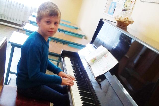 Ваня Андреев играет на фортепиано, а ведь шесть лет назад ему поставили диагноз «полная глухота».