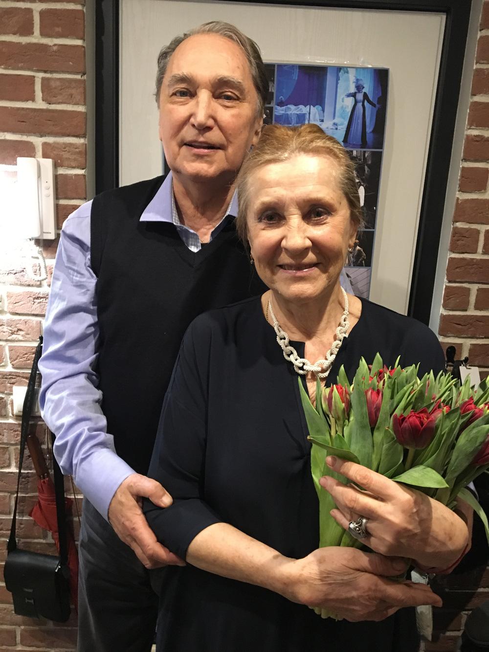 С супругой Алефтиной и дочерью Ириной Коренев играет вместе в театре.