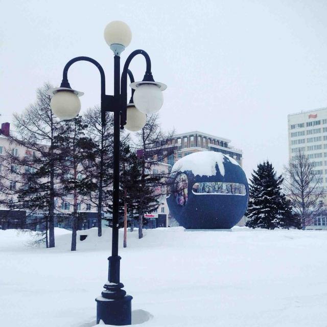 Огромный шар-держава, с диаметром 7 м, опоясан рельефами, которые повествуют нам об освоении южных территорий Сибири первопроходцами.