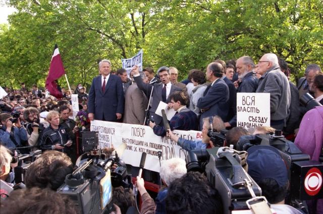 Харизматичный Ельцин дал людям надежду на перемены.