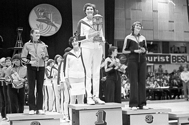 На пьедестале почета капитаны команд - победительницы и призеров соревнований по баскетболу среди женщин: Ульяна Семенова (1-е место) (в центре),