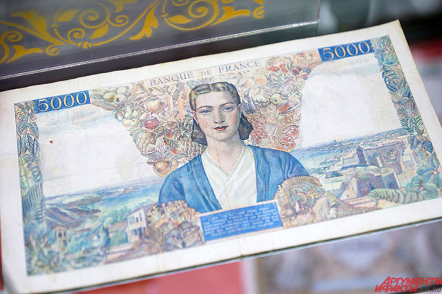 Автором пятитысячной купюры франков является художник Климент Серво (1918 год).