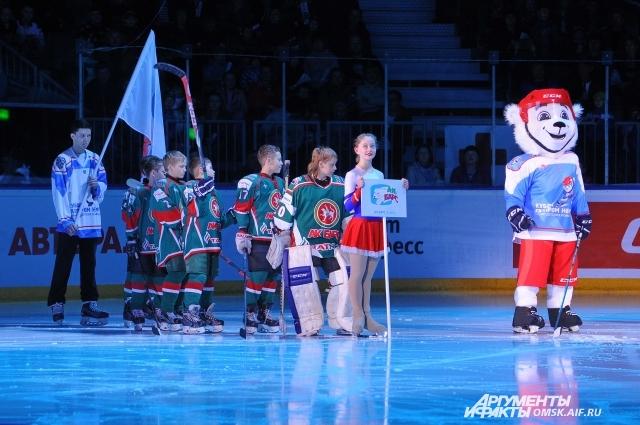 Традиционный символ Кубка - белый мишка, который сопровождал церемонию как в Омске, так и в Сочи.