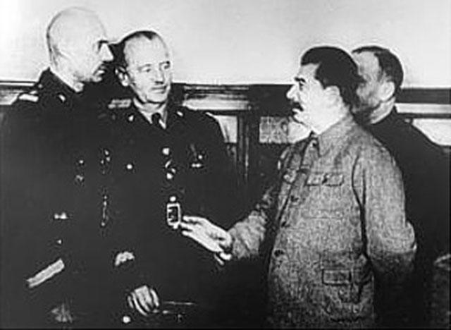 Владислав Андерс и Владислав Сикорский встречаются со Сталиным.