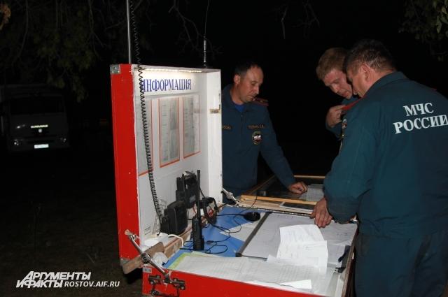 Мобильную станцию МЧС разместили в поле на месте лесного пожара в Усть-Донецком районе.