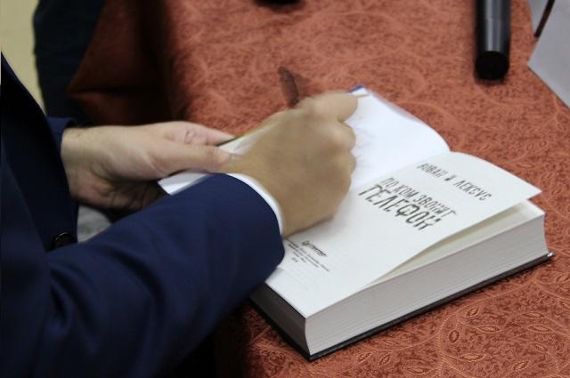 Всем купившим книги Вован и Лексус оставили автограф.