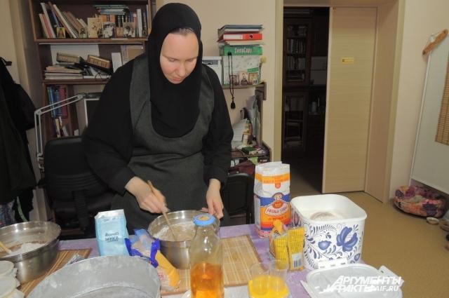 Послушница Галина готовит тесто для хлеба.