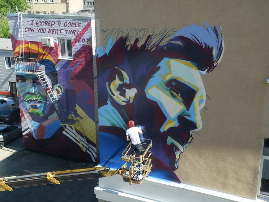 Граффити с изображением Месси и Роналду в Казани.