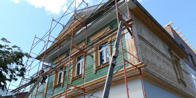 Здание по Л. Толстого 65 в процессе отделки фасада.
