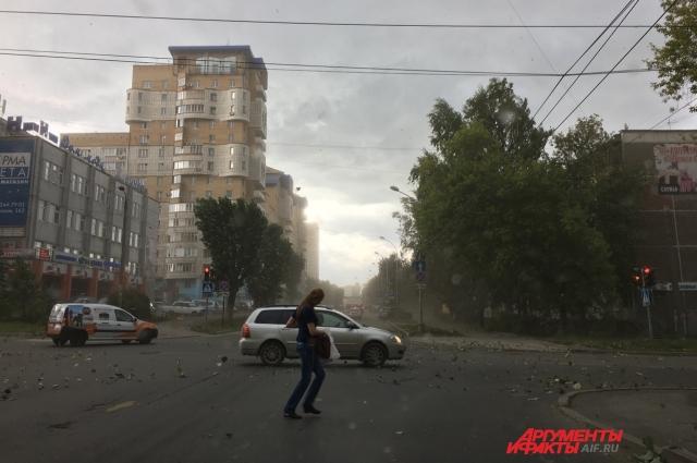 В центре Перми ветер сносит дорожные знаки и урны