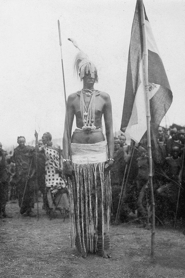 Король Руанды, этнический тутси Кигели V с флагом Германской Восточной Африки, 1912 год